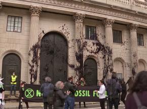 Londyn: aktywiści klimatyczni spryskali czarnym barwnikiem gmach Banku Anglii