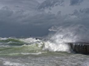 Indie: 96 osób zaginęło na morzu po uderzeniu cyklonu Tauktae