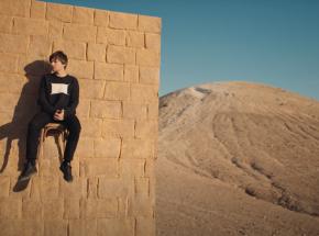 """Louis Tomlinson dzieli się demo """"Walls"""" rok po premierze albumu"""