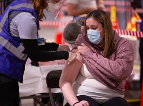 USA: przedsiębiorcy zachęcają do szczepień. Oferują premie pieniężne czy też bony na śniadanie
