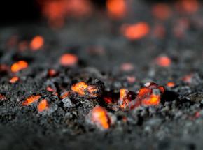 Ewakuacja terenu erupcji wulkanu w islandzkiej dolinie Geldingadalur