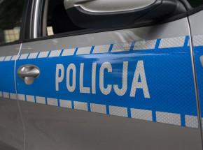 Małopolska: mężczyzna uciekał przed zatrzymaniem z funkcjonariuszem policji na masce