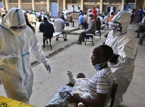 Nowy szczep SARS-CoV-2 w Afryce i niedobór szczepionek, aby z nim walczyć