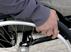 Hongkong: mężczyzna poruszający się na wózku inwalidzkim wspiął się na wieżowiec