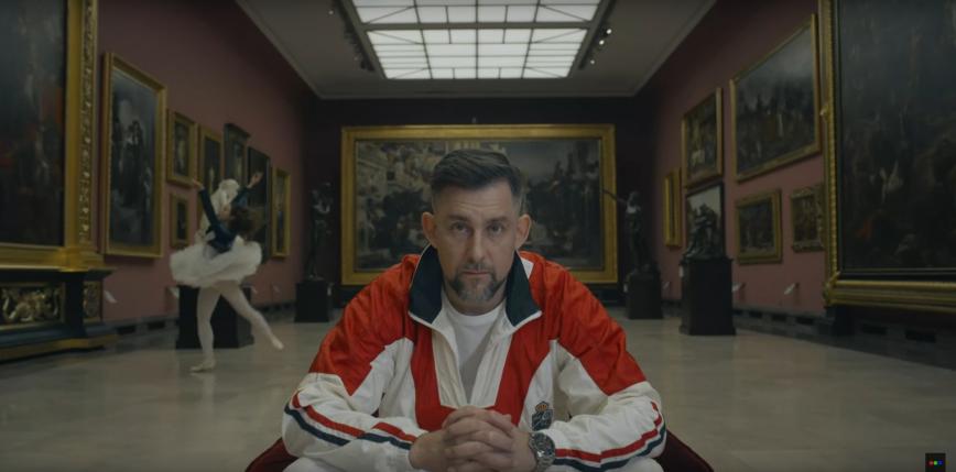 """""""Płaczemy pięścią w stół"""" – nawija w nowym singlu Sokół"""
