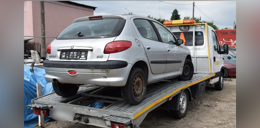 Kraków: zatrzymano mężczyznę, który ukradł 12 samochodów, wywożąc je na lawecie