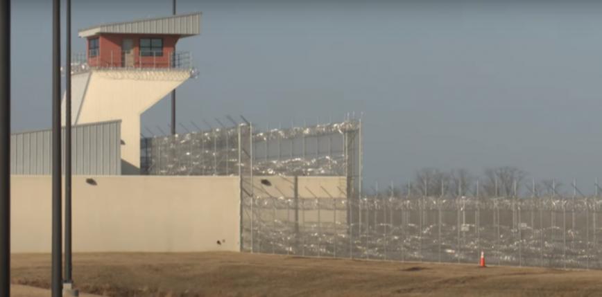 Iowa: 77 więźniów otrzymało za dużą dawkę szczepionki przeciw COVID-19