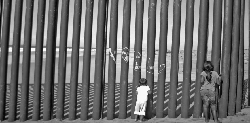 Różowe huśtawki na granicy USA - Meksyk z nagrodą za projekt roku