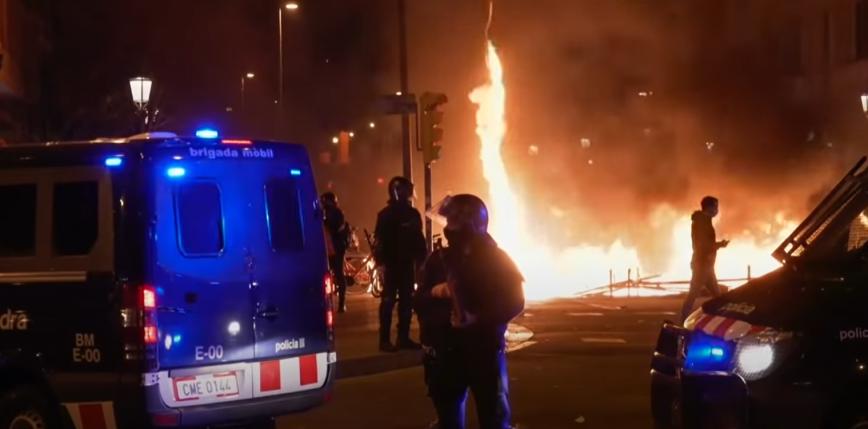 Hiszpania: piąta noc zamieszek w Barcelonie, grabieże sklepów