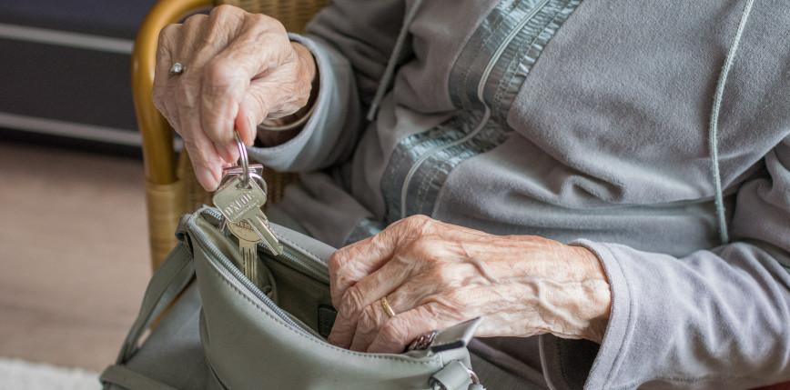 Łódzkie: zatrzymano 73-letnią kobietę, która okradła 83-latkę