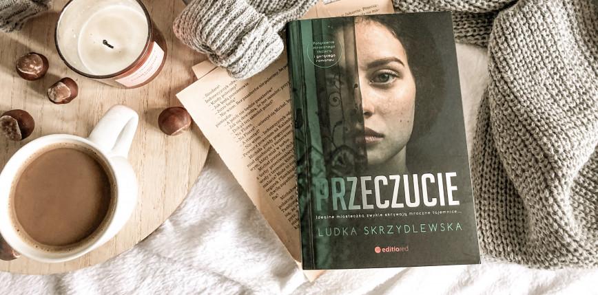 """Mroczna tajemnica i gorący romans w """"Przeczuciu"""" Ludki Skrzydlewskiej [RECENZJA]"""