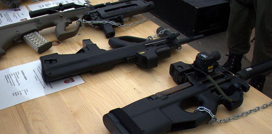 W okolicach Paryża i Lyonu przejęto 1200 sztuk broni