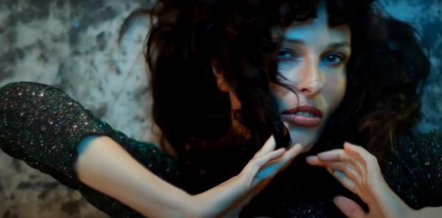 Ramona Rey w utworze z repertuaru grupy Maanam